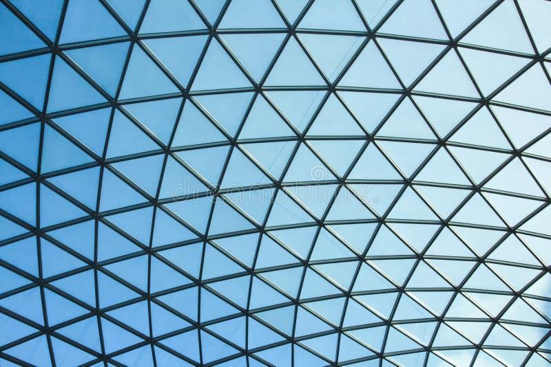 ΛΟΝΔΙΝΟ/ΑΓΓΛΙΑ - τον Αύγουστο του 2013 CIRCA - ο θόλος γυαλιού του βρετανικού εσωτερικού μεγάλου δικαστηρίου μουσείων στοκ εικόνα