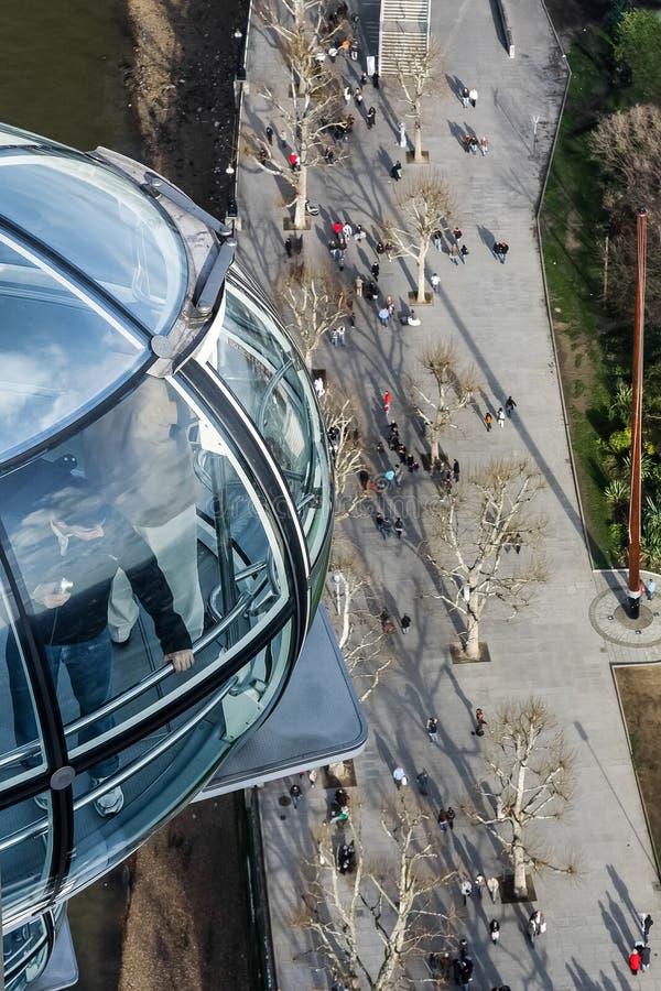 ΛΟΝΔΙΝΟ - 27 ΙΑΝΟΥΑΡΊΟΥ: Άποψη κάτω από το μάτι του Λονδίνου στο pedestria στοκ φωτογραφίες