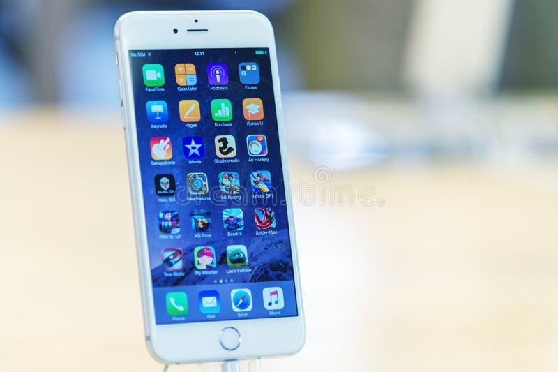 ΛΟΝΔΙΝΟ - 2 ΙΟΥΛΊΟΥ 2015: Το νέο iPhone 6s συν στη Apple Store στοκ εικόνες