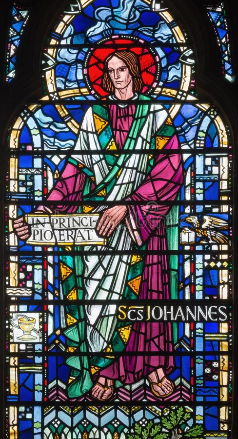 ΛΟΝΔΙΝΟ, ΜΕΓΑΛΗ ΒΡΕΤΑΝΊΑ - 16 ΣΕΠΤΕΜΒΡΊΟΥ 2017: Το ST John ο Ευαγγελιστής στο λεκιασμένο γυαλί στην εκκλησία ST Etheldreda στοκ εικόνα με δικαίωμα ελεύθερης χρήσης
