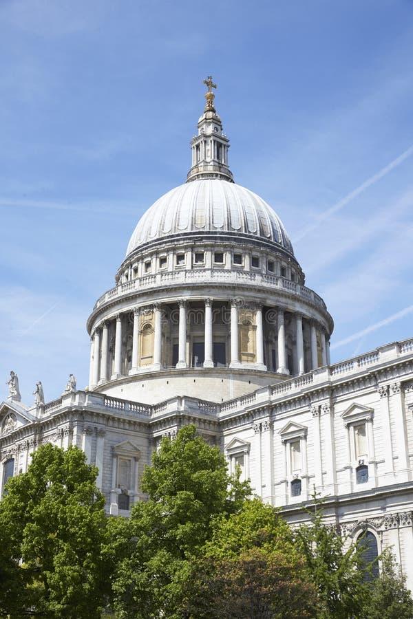 ΛΟΝΔΙΝΟ - ΤΟ ΜΆΙΟ ΤΟΥ 2017: Κάθετη άποψη του καθεδρικού ναού του ST Paulï ¿ ½ s ενάντια στο μπλε ουρανό, Hill Ludgate, Λονδίνο, E στοκ εικόνα