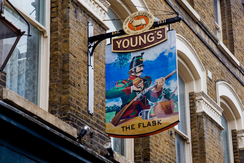 ΛΟΝΔΙΝΟ, UK - 13 Απριλίου: Αγγλικό σημάδι μπαρ στοκ φωτογραφία με δικαίωμα ελεύθερης χρήσης
