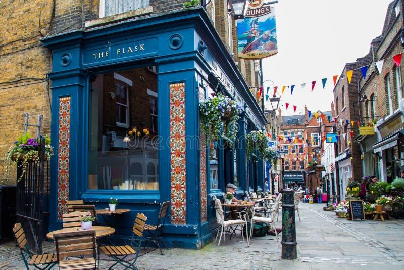 ΛΟΝΔΙΝΟ, UK - 13 Απριλίου: Εξωτερικό του μπαρ, για την κατανάλωση και την κοινωνικοποίηση, σημείο εστίασης της κοινότητας στοκ φωτογραφία με δικαίωμα ελεύθερης χρήσης