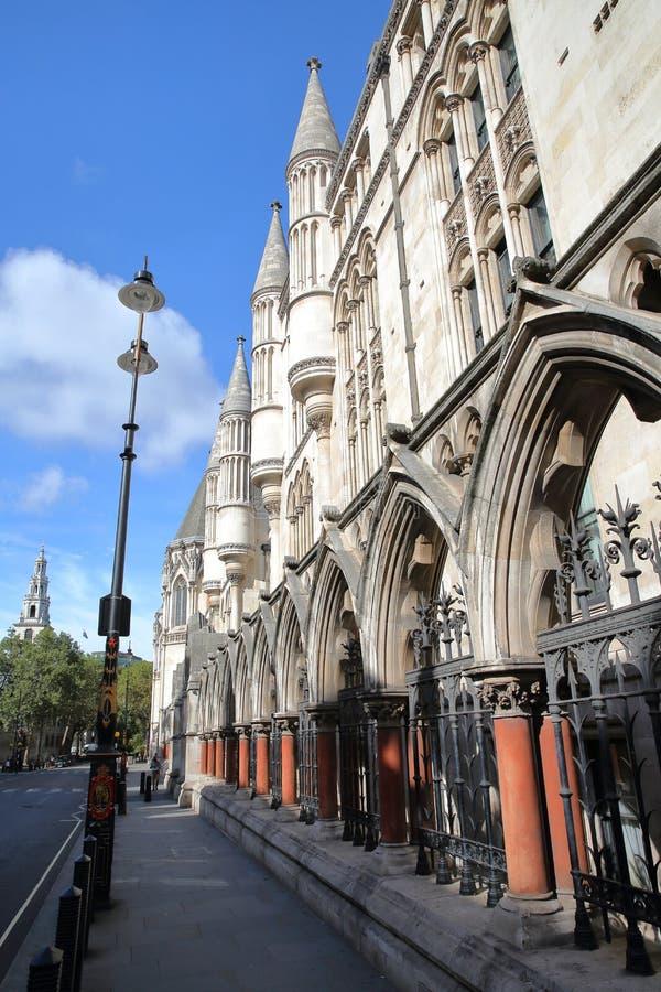 ΛΟΝΔΙΝΟ, UK - 20 ΑΥΓΟΎΣΤΟΥ 2016: Τα βασιλικά Δικαστήρια από το σκέλος με τις λεπτομέρειες των εξωτερικών στηλών και arcades στοκ εικόνες με δικαίωμα ελεύθερης χρήσης