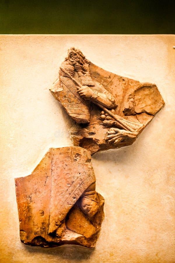 ΛΟΝΔΙΝΟ, UK, ΒΡΕΤΑΝΙΚΌ ΜΟΥΣΕΊΟ - maquette Caly που παρουσιάζει Ashurbanipal που σκοτώνει ένα λιοντάρι, βόρειο Ιράκ στοκ εικόνες με δικαίωμα ελεύθερης χρήσης
