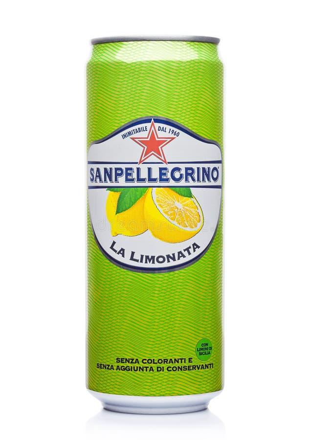 ΛΟΝΔΙΝΟ, UK - 1 ΔΕΚΕΜΒΡΊΟΥ 2017: Το αλουμίνιο μπορεί της λαμπιρίζοντας σόδας λεμονιών SAN Pellegrino να πιει στο λευκό Εισαγόμενο στοκ φωτογραφίες με δικαίωμα ελεύθερης χρήσης