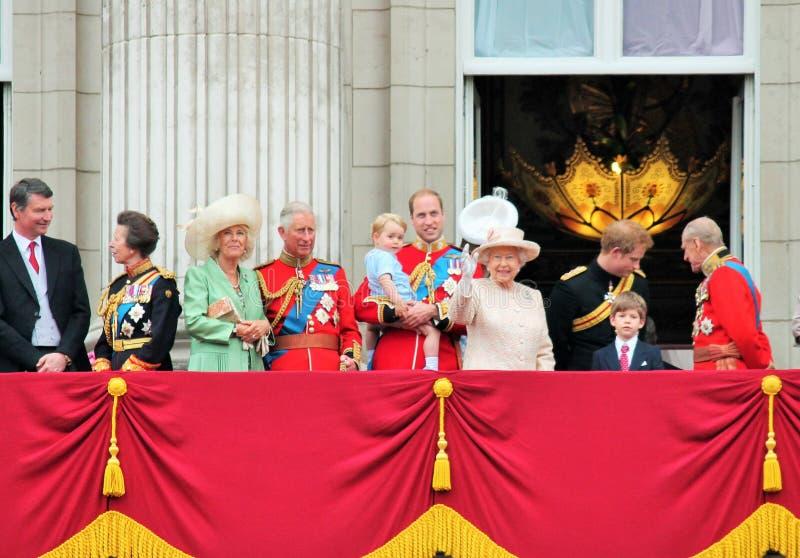 ΛΟΝΔΙΝΟ, UK - 13 ΙΟΥΝΊΟΥ 2015: Η βασιλική οικογένεια εμφανίζεται στο μπαλκόνι του Buckingham Palace κατά τη διάρκεια της συγκέντρ στοκ φωτογραφίες