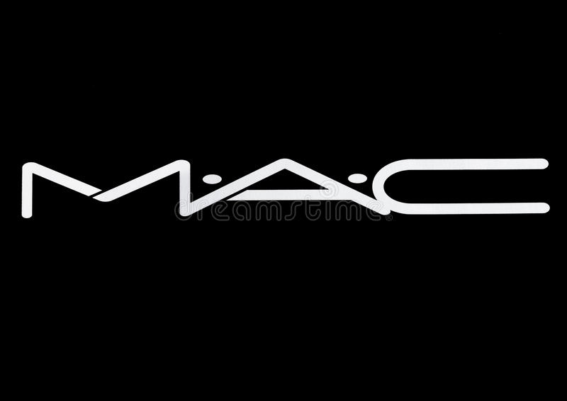 ΛΟΝΔΙΝΟ, UK - 15 ΜΑΡΤΊΟΥ 2017: Άσπρη πηγή λογότυπων καλλυντικών της MAC στο Μαύρο Τα καλλυντικά της MAC ιδρύθηκαν στο Τορόντο, Ον ελεύθερη απεικόνιση δικαιώματος