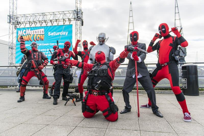 ΛΟΝΔΙΝΟ, UK - 26 ΟΚΤΩΒΡΊΟΥ: Το Cosplayers έντυσε ως Deadpool από στοκ εικόνες