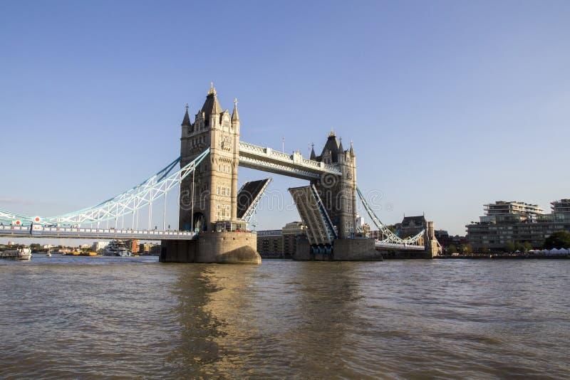 ΛΟΝΔΙΝΟ, UK - 1 ΣΕΠΤΕΜΒΡΊΟΥ 2018 Άποψη της γέφυρας πύργων στον ποταμό Τάμεσης που ανοίγει για τη διάβαση των βαρκών αργά το απόγε στοκ φωτογραφίες με δικαίωμα ελεύθερης χρήσης