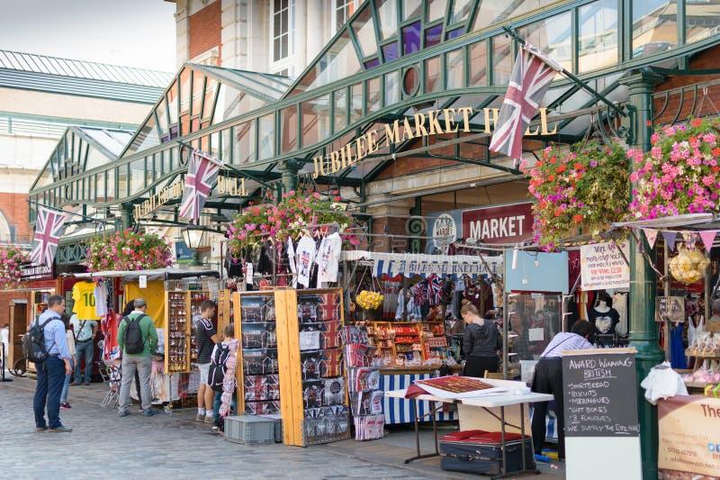 Λονδίνο, Αγγλία - 30 Αυγούστου 2016: Οι πεζοί εξετάζουν τους διαφορετικούς στάβλους στην αίθουσα αγοράς ιωβηλαίου στοκ φωτογραφία με δικαίωμα ελεύθερης χρήσης