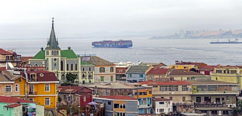 Λουθηρανική εκκλησία επάνω από τα ζωηρόχρωμα σπίτια βουνοπλαγιών σε ένα προάστιο Valparaiso, Χιλή στοκ εικόνα με δικαίωμα ελεύθερης χρήσης