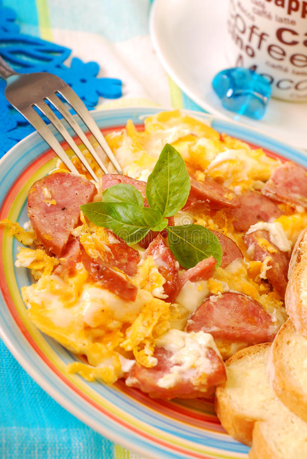 λουκάνικο αυγών που ανακατώνεται στοκ εικόνα