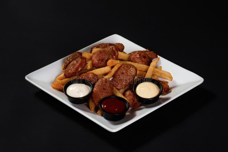 Λουκάνικο και πατάτες με τις σάλτσες στοκ φωτογραφία με δικαίωμα ελεύθερης χρήσης