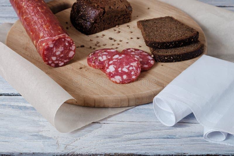 Λουκάνικο και τεμαχισμένο ψωμί στοκ εικόνες με δικαίωμα ελεύθερης χρήσης