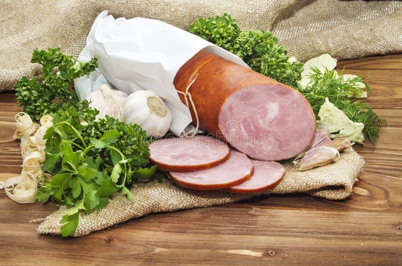 Λουκάνικο χοιρινού κρέατος που τεμαχίζεται στα μικρά κομμάτια σε μια άσπρη συσκευασία στοκ φωτογραφία με δικαίωμα ελεύθερης χρήσης