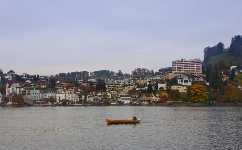 Λουκέρνη, Ελβετία - 24 Οκτωβρίου 2016: Ο χωρικός που αλιεύει στη μικρή βάρκα στοκ εικόνα με δικαίωμα ελεύθερης χρήσης