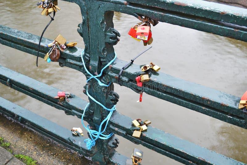 Λουκέτα αγάπης μπροστά από τα κανάλια Ολλανδία του Άμστερνταμ στοκ φωτογραφία με δικαίωμα ελεύθερης χρήσης