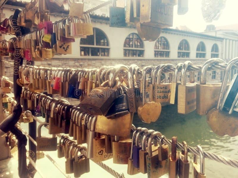 Λουκέτα αγάπης στη γέφυρα χασάπηδων ` s στο Λουμπλιάνα στοκ εικόνες