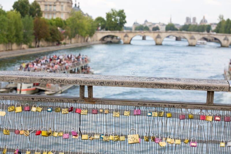 Λουκέτα αγάπης Pont des Arts στη γέφυρα στο Παρίσι, Γαλλία στοκ εικόνα με δικαίωμα ελεύθερης χρήσης