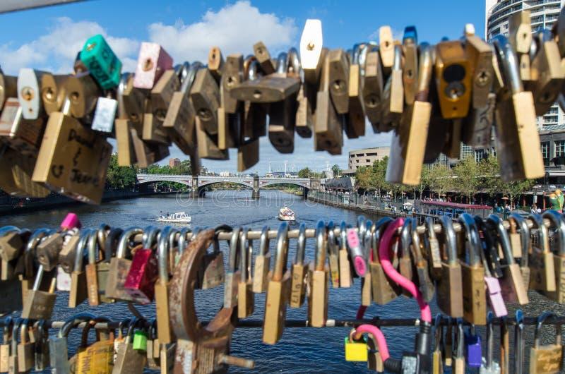 Λουκέτα της αγάπης στη γέφυρα για πεζούς Southgate στοκ φωτογραφίες
