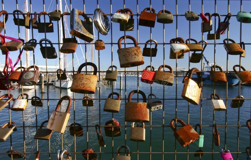 Λουκέτα της αγάπης στον ενωμένο στενά φράκτη καλωδίων στη μαρίνα με sailboats στο πάρκο σιλό, Ώκλαντ, Νέα Ζηλανδία στοκ εικόνες με δικαίωμα ελεύθερης χρήσης