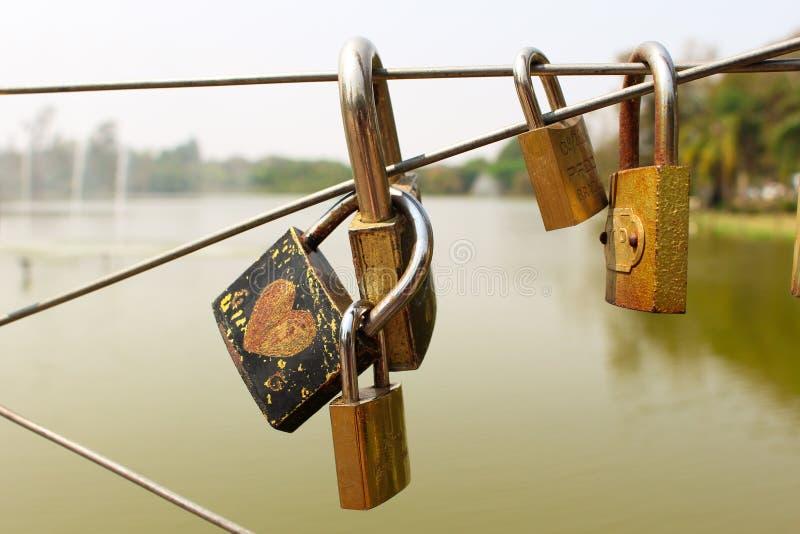 Λουκέτο με τις γραφές αγάπης στη γέφυρα στοκ φωτογραφία με δικαίωμα ελεύθερης χρήσης