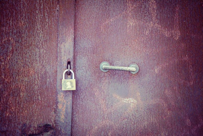 Λουκέτο σε μια σκουριασμένη πόρτα μετάλλων στοκ εικόνα με δικαίωμα ελεύθερης χρήσης