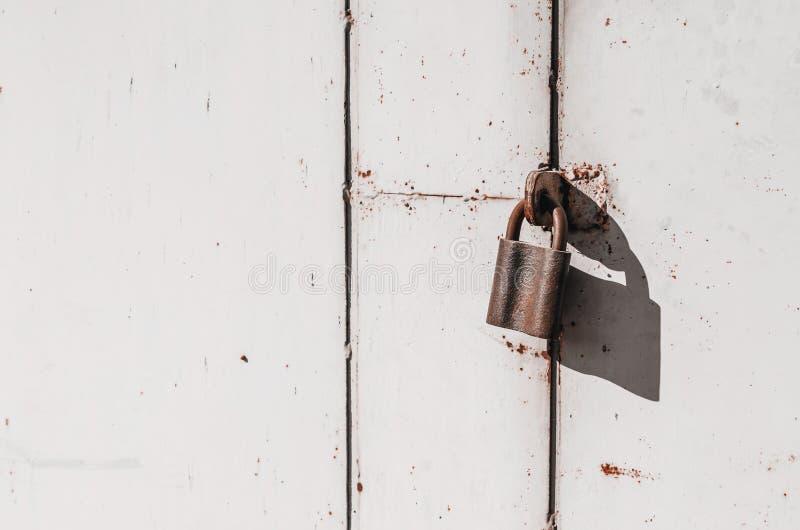 Λουκέτο στην παλαιά πόρτα μετάλλων Κλειστό δωμάτιο Κτήριο φρουράς Καμία πιθανότητα στοκ φωτογραφία με δικαίωμα ελεύθερης χρήσης