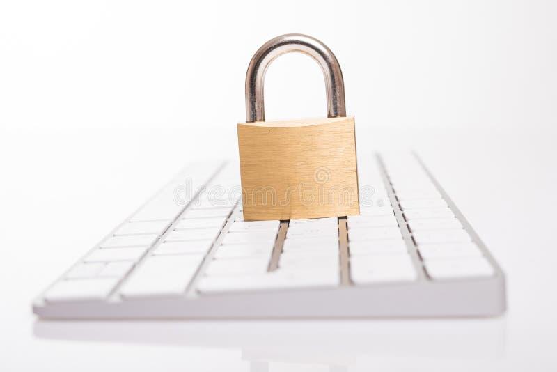 Λουκέτο στο μαύρο πληκτρολόγιο που απομονώνεται στο άσπρο υπόβαθρο Έννοια ασφαλείας πληροφοριών ιδιωτικότητας στοιχείων Διαδικτύο στοκ φωτογραφίες
