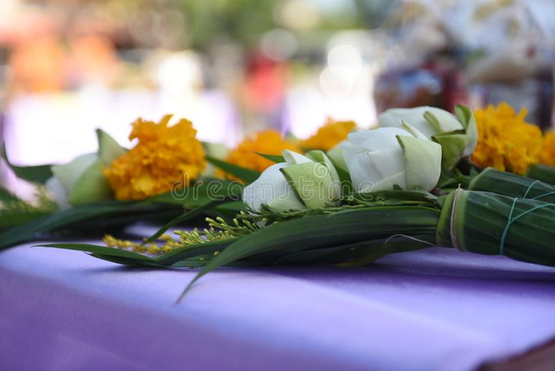 Λουλούδια για οι βουδιστικοί μοναχοί του βουδισμού στοκ φωτογραφίες με δικαίωμα ελεύθερης χρήσης