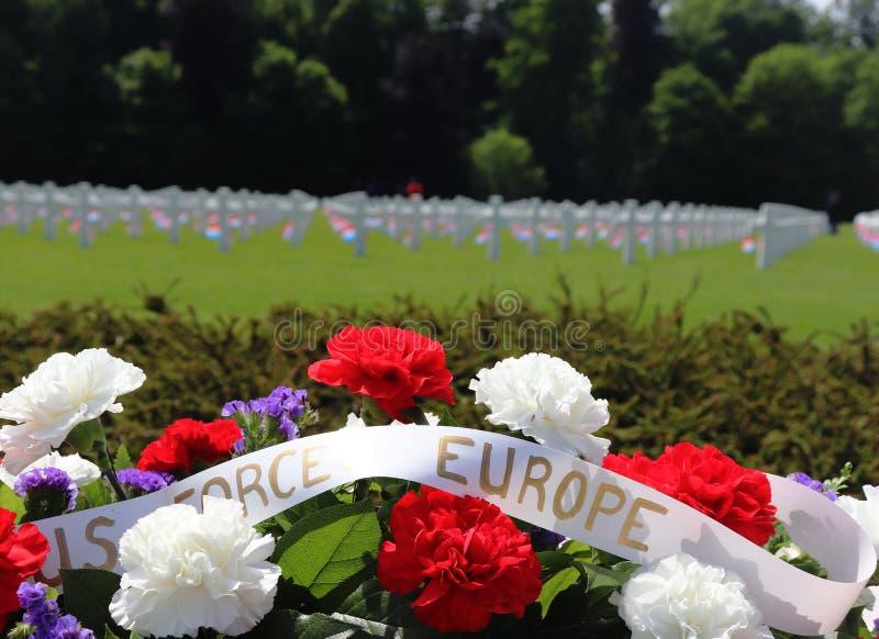 Λουλούδια για τη ημέρα μνήμης σε ένα WWII νεκροταφείο στοκ εικόνες με δικαίωμα ελεύθερης χρήσης