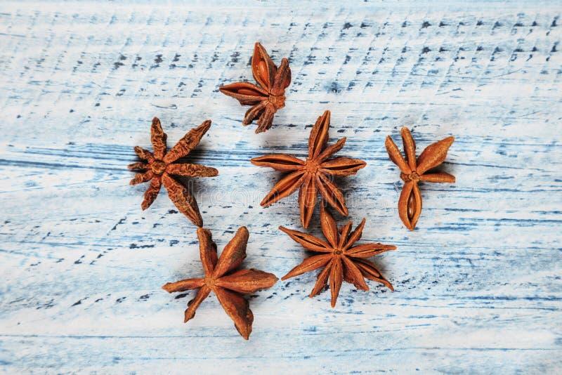 Λουλούδια γλυκάνισου αστεριών στον ξύλινο πίνακα στοκ φωτογραφία