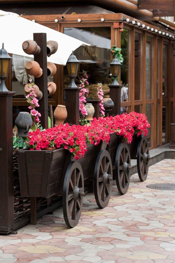 Λουλούδια και δοχείο στις σκάφες στοκ εικόνες με δικαίωμα ελεύθερης χρήσης