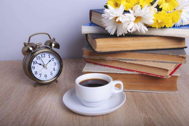 Λουλούδια και καφές βιβλίων στοκ εικόνα