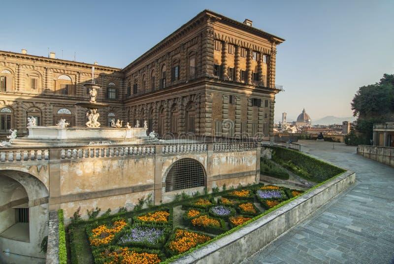 Λουλούδια και μια όψη του Duomo σε Palazzo Pitti στοκ φωτογραφίες με δικαίωμα ελεύθερης χρήσης
