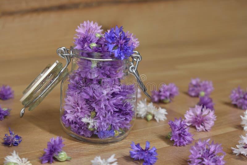 Λουλούδια κουμπιών αγάμου σε ένα κονσερβοποιώντας βάζο στοκ φωτογραφία με δικαίωμα ελεύθερης χρήσης