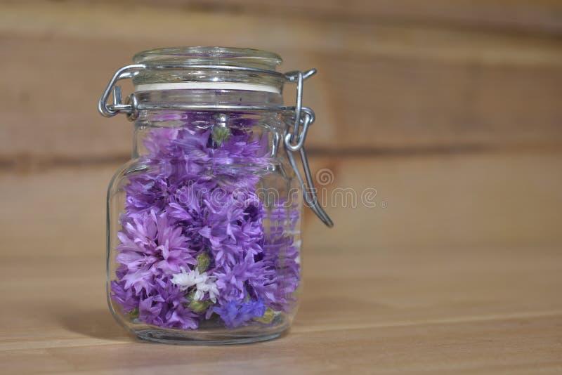 Λουλούδια κουμπιών αγάμου σε ένα κονσερβοποιώντας βάζο στοκ εικόνα με δικαίωμα ελεύθερης χρήσης