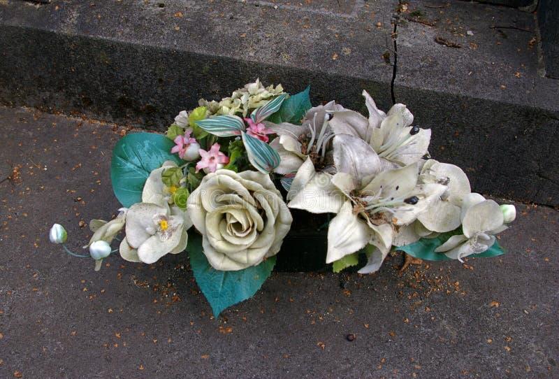 Λουλούδια πορσελάνης στις πέτρες τάφων στο νεκροταφείο στοκ φωτογραφίες με δικαίωμα ελεύθερης χρήσης