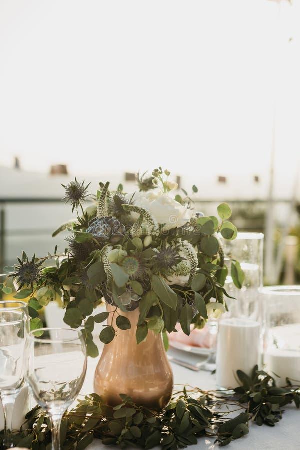 Λουλούδια σε ένα βάζο στον πίνακα στοκ φωτογραφία