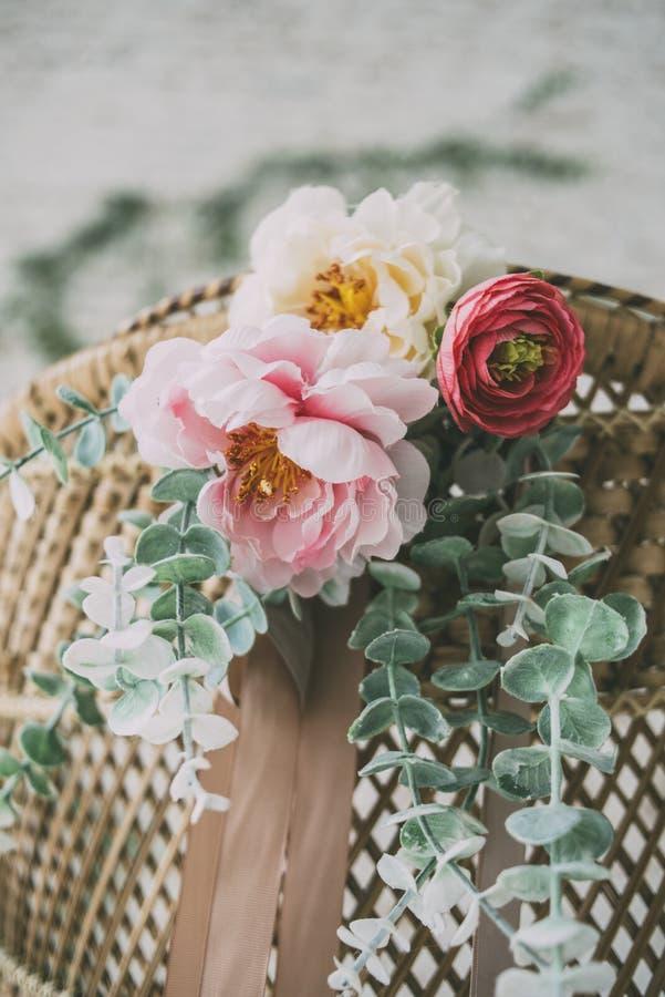 Λουλούδια στην πολυθρόνα αχύρου στοκ φωτογραφία με δικαίωμα ελεύθερης χρήσης