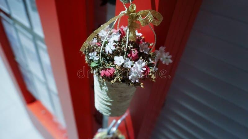 Λουλούδια στο καλάθι γλυκό και χαριτωμένο στοκ φωτογραφίες με δικαίωμα ελεύθερης χρήσης