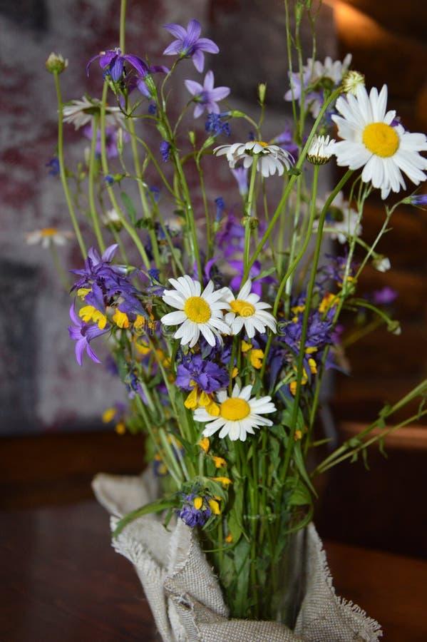 λουλούδια τομέων σε ένα βάζο στοκ φωτογραφία