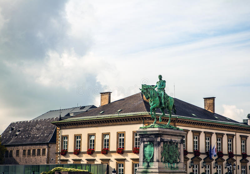 ΛΟΥΞΕΜΒΟΥΡΓΟ - 30 Οκτωβρίου άγαλμα του μεγάλου δούκα William ΙΙ στη θέση Γκιγιώμ ΙΙ, λουξεμβούργια πόλη στοκ φωτογραφία