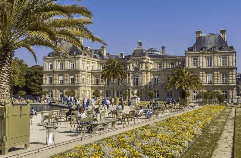 Λουξεμβούργιος κήπος μια ηλιόλουστη ημέρα στο Παρίσι στοκ εικόνες