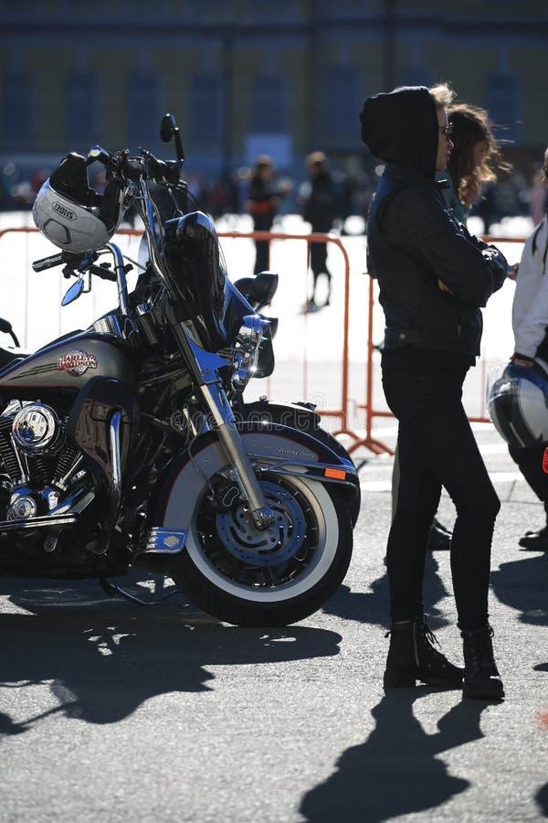 Λουξ και θηλυκοί ποδηλάτες της Harley-Davidson Softail μοτοσικλετών στην ηλιόλουστη ημέρα στοκ φωτογραφία με δικαίωμα ελεύθερης χρήσης