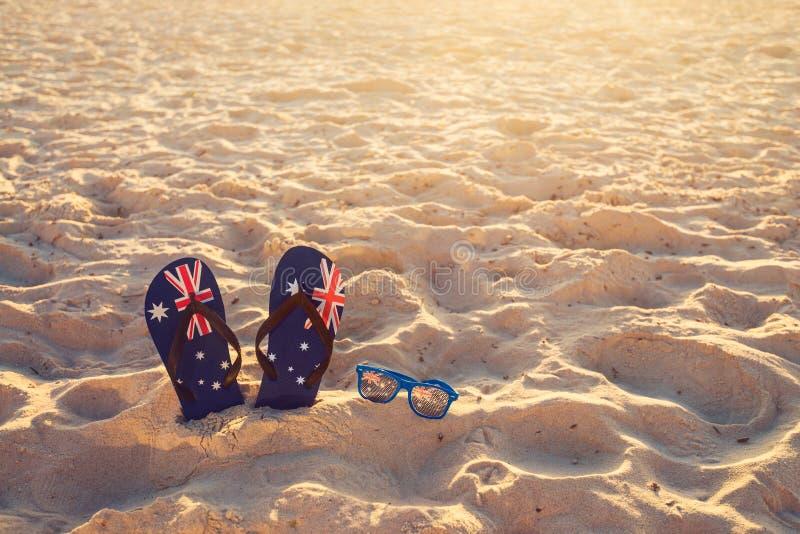 Λουριά και γυαλιά ηλίου στην άμμο παραλιών στοκ φωτογραφία με δικαίωμα ελεύθερης χρήσης