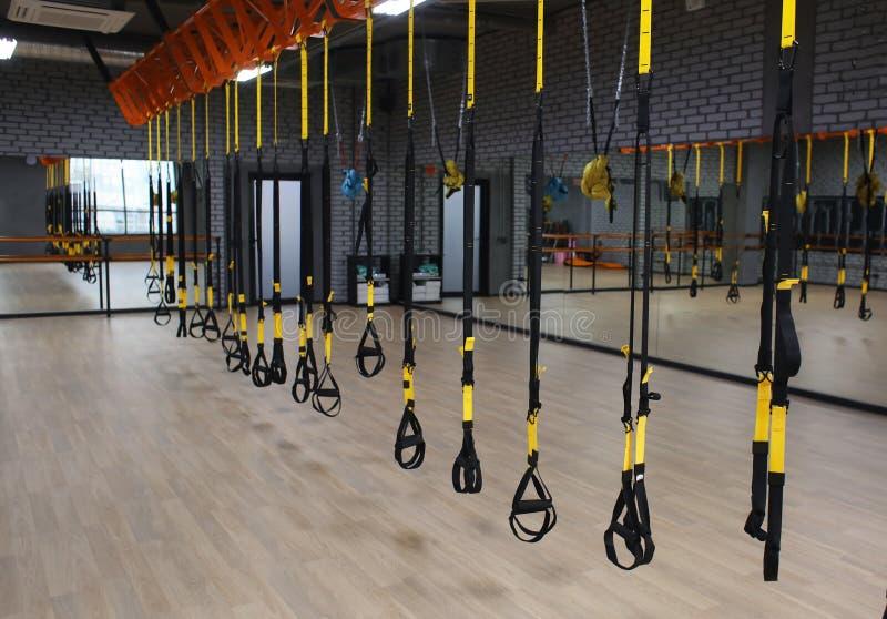 Λουριά TRX στη σύγχρονη γυμναστική στοκ εικόνες