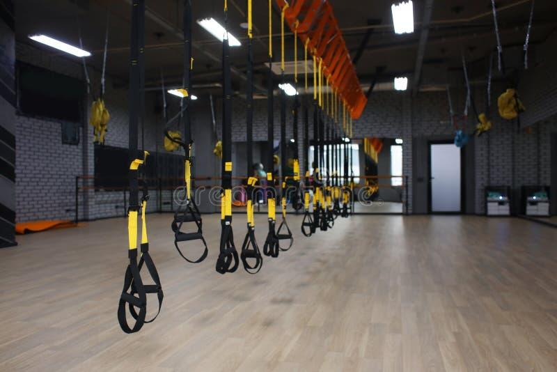 Λουριά TRX στη σύγχρονη γυμναστική στοκ φωτογραφία με δικαίωμα ελεύθερης χρήσης