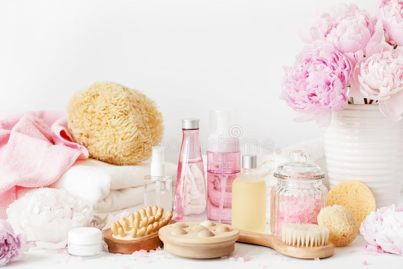 Λουτρό και SPA με τις peony πετσέτες προϊόντων ομορφιάς λουλουδιών στοκ εικόνα με δικαίωμα ελεύθερης χρήσης
